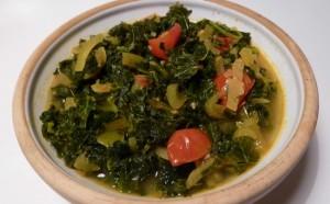 Grønkål med tomat og løg
